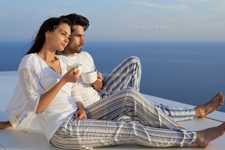 happy young romantic couple have fun and  relax at homeの写真素材 [FYI00758334]