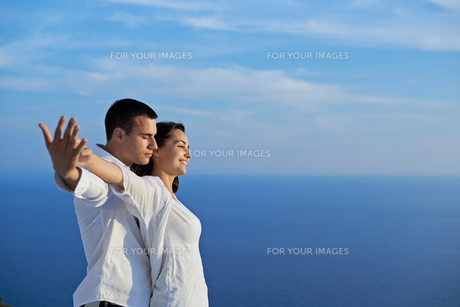 happy young romantic couple have fun and  relax at homeの写真素材 [FYI00758337]