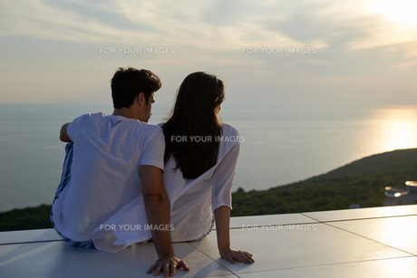 happy young romantic couple have fun and  relax at homeの写真素材 [FYI00758349]