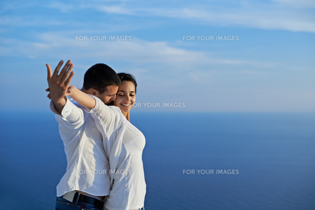 happy young romantic couple have fun and  relax at homeの写真素材 [FYI00758350]