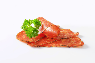 Black pepper-coated salami with cheeseの写真素材 [FYI00758506]
