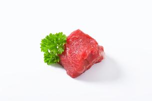 Raw beef chunkの写真素材 [FYI00758535]
