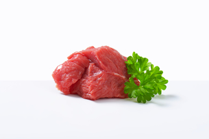 Raw beef chunkの写真素材 [FYI00758543]