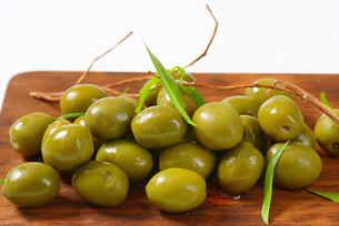 Fresh green olivesの素材 [FYI00758601]