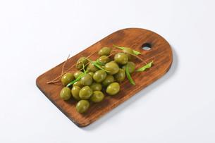 Fresh green olivesの素材 [FYI00758603]