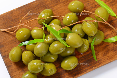 Fresh green olivesの素材 [FYI00758610]