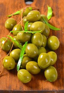 Fresh green olivesの素材 [FYI00758619]
