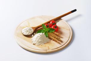 Wheat flour on wooden boardの写真素材 [FYI00758645]