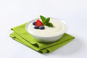 Smooth semolina porridge with fresh fruitの写真素材 [FYI00758653]