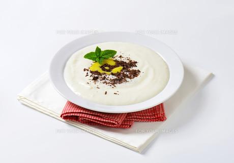 Semolina porridge with grated chocolate and lemon curdの写真素材 [FYI00758664]