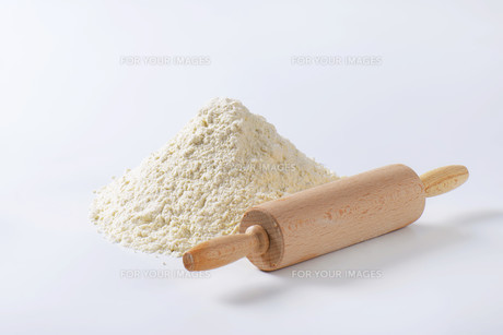 Pile of wheat flour and rolling pinの写真素材 [FYI00758672]