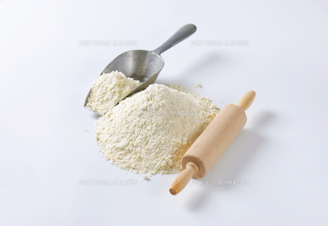 Pile of wheat flour and rolling pinの写真素材 [FYI00758679]