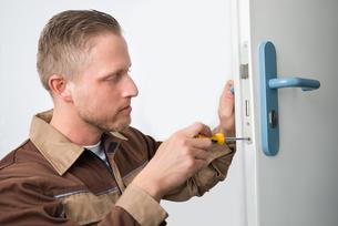 Carpenter Repairing Door Lockの写真素材 [FYI00758694]