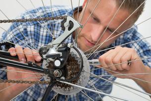 Man Repairing Bicycleの素材 [FYI00758697]