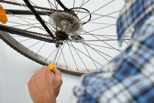 Person Repairing Bicycle Wheelの素材 [FYI00758704]