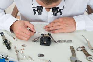 Man Repairing Wrist Watchの写真素材 [FYI00758706]