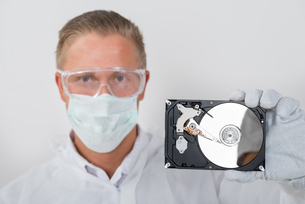 Technician Showing Hard Driveの写真素材 [FYI00758720]