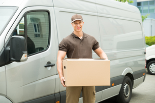 Delivery Man Holding Boxの写真素材 [FYI00758800]
