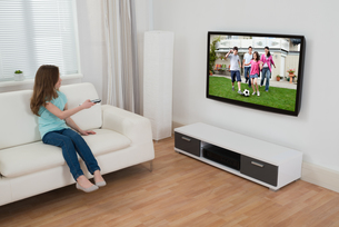 Girl Watching Televisionの写真素材 [FYI00758823]