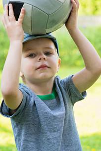 Little boy holding sport ballの写真素材 [FYI00758841]