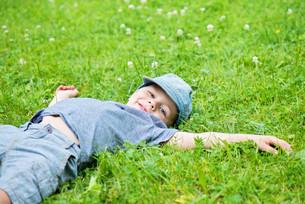 Little caucasian boy resting on grassの写真素材 [FYI00758853]