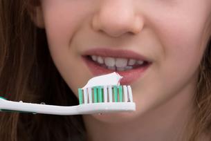 Close-up Of Girl Brushing Teethの写真素材 [FYI00758860]