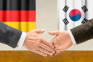 representatives of germany and south korea join handsの写真素材 [FYI00758866]