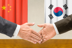 representatives of china and south korea join handsの写真素材 [FYI00758867]