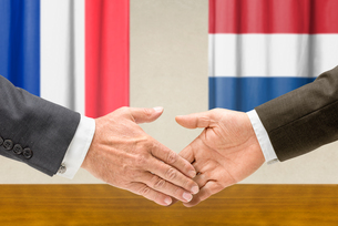 representatives of france and the netherlands join handsの写真素材 [FYI00758868]