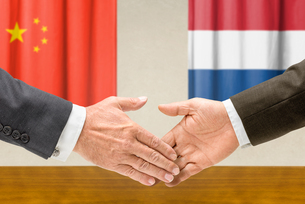 representatives of china and the netherlands join handsの写真素材 [FYI00758872]