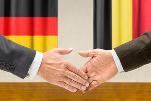 representatives of germany and belgium join handsの写真素材 [FYI00758873]