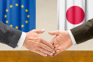 representatives of the eu and japan shake handsの写真素材 [FYI00758878]