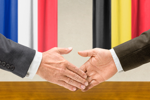 representatives of france and belgium join handsの写真素材 [FYI00758882]