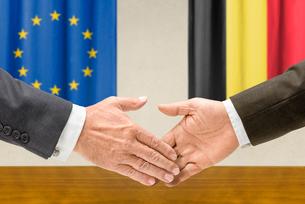 representatives of the eu and belgium join handsの写真素材 [FYI00758883]
