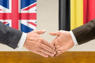 representatives of britain and belgium shake handsの写真素材 [FYI00758885]