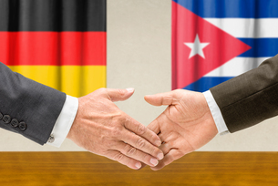representatives of germany and cuba join handsの写真素材 [FYI00758886]