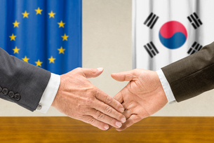 representatives of the eu and south korea join handsの写真素材 [FYI00758889]
