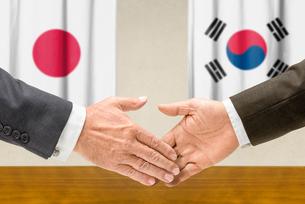 representatives japan and south korea join handsの写真素材 [FYI00758893]