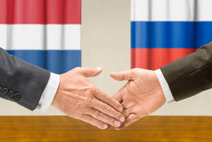 representatives of the netherlands and russia shake handsの写真素材 [FYI00758908]