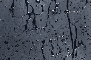Water on dark stone surfaceの写真素材 [FYI00758921]