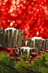 White candles in autumn winter decorationの素材 [FYI00758973]