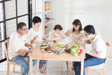 Asian Chinese family dinnerの写真素材 [FYI00758990]