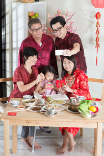 Selfie in Chinese New Year Reunion Dinnerの写真素材 [FYI00758992]