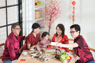 Selfie during Chinese New Year Reunion Dinnerの写真素材 [FYI00758995]