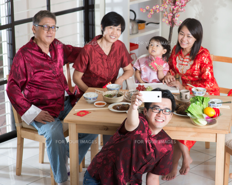Asian Chinese family selfieの写真素材 [FYI00758998]