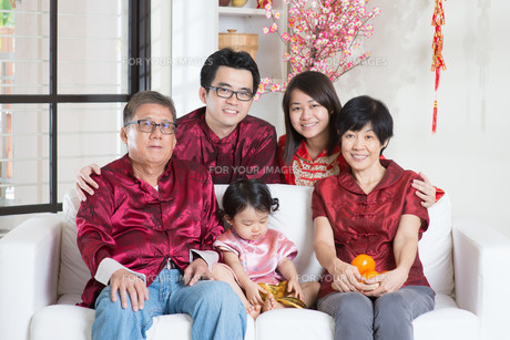 Chinese New Year with familyの写真素材 [FYI00759004]