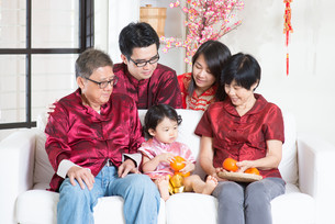 Celebrate Chinese New Year with familyの写真素材 [FYI00759005]