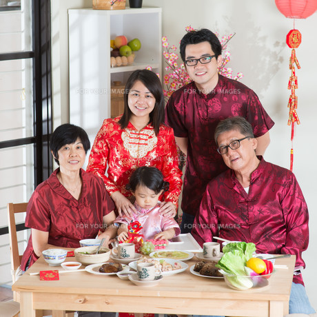 Chinese New Year reunion dinner group photoの写真素材 [FYI00759006]