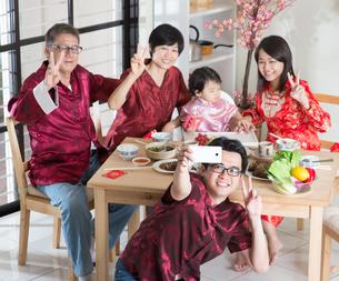 Chinese family selfieの写真素材 [FYI00759007]