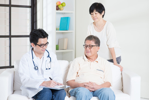 Doctor with old patientの素材 [FYI00759011]